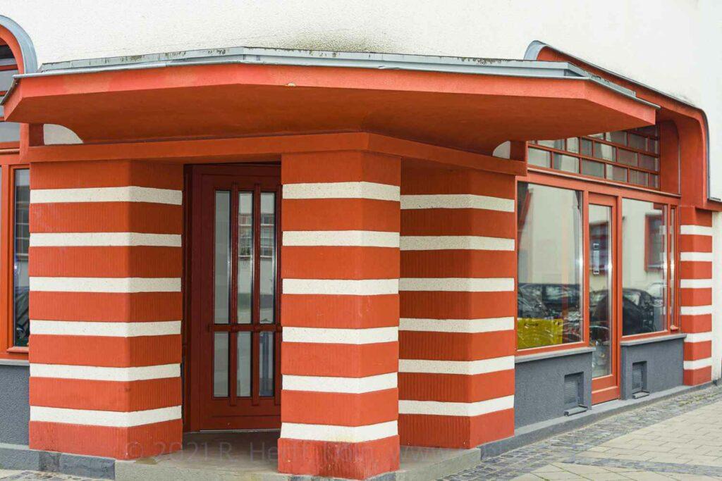 Eingang mit Säulen mit Streifenmuster 'Ringelsöckchen'